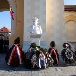 coroane depuse la bustul regelui Ferdinand