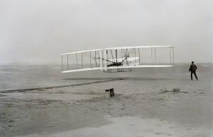 17 decembrie 1903 - Carolina de Nord, primul zbor cu un aparat mai greu decât aerul (John T. Daniels -  Library of USA Congress, by upload.wikimedia.org) 1