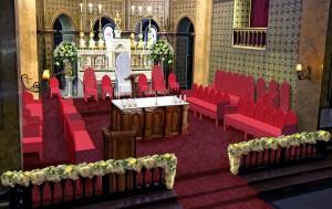 Altarul cu scaunul papal și interiorul Catedralei Sf Iosif la Sf. Liturghie (Foto: Papa la București)