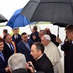 Papa Francisc intampinat de Dusa si Florea