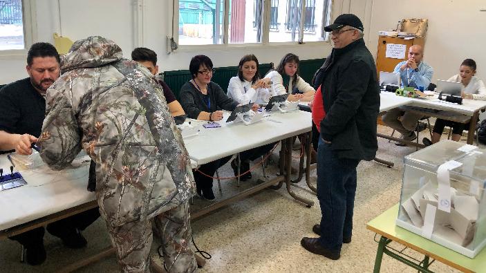 Români la vot, secție din orașul Alcalá de Henares, din regiunea Madridului. Foto: Annamaria Damian.