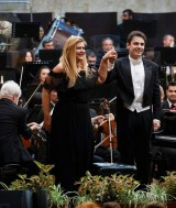 Pianista Ioana Maria Lupascu si dirijorul Vlad Vizireanu, pe scena Filarmonicii din Ploiesti, in noiembrie 2018